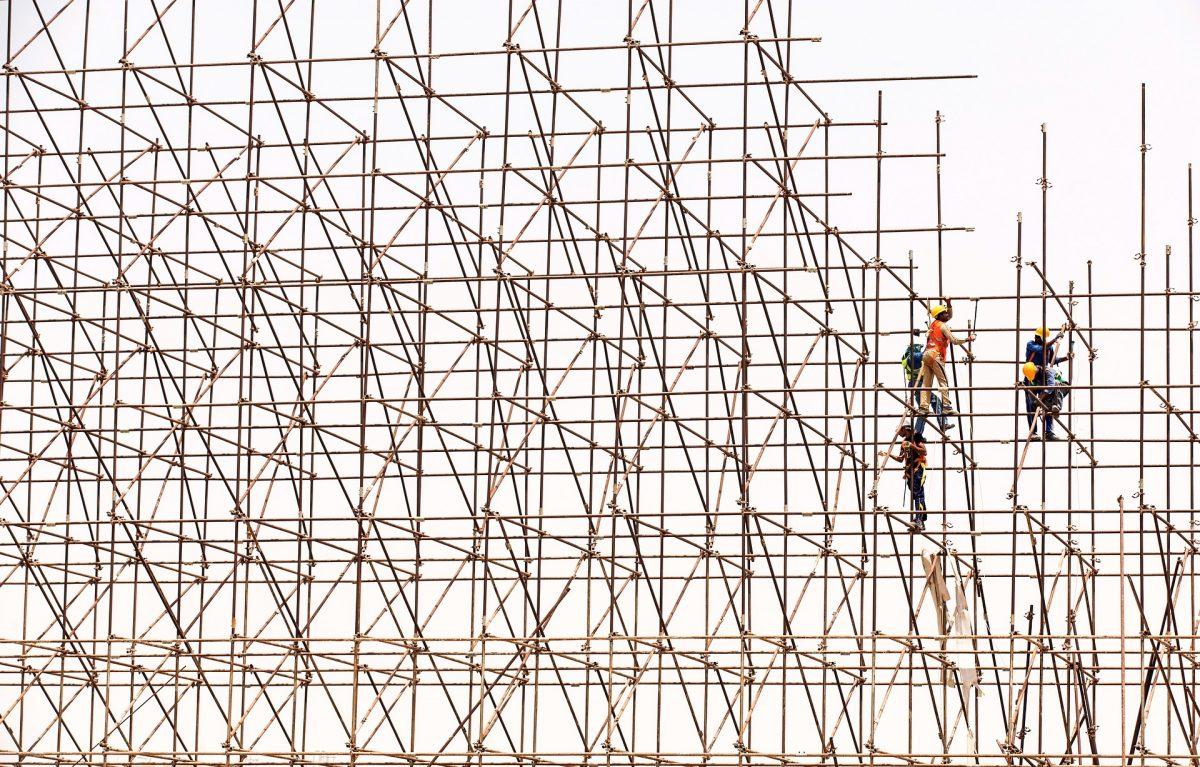 Echafaudage de barres avec ouvriers
